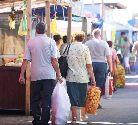 Clujenii dornici să-și aprovizioneze cămările, așteptați la Piața de la Dezmir