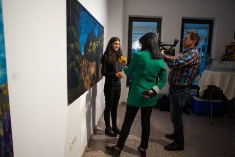 Vernisajul tinerei artiste Amalia Crişan s-a bucurat de succes. Este exponenta noului val neo-avangardist al picturii europene