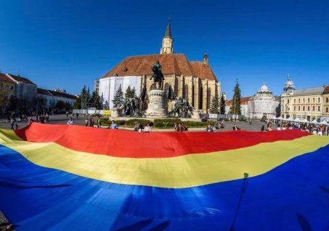 Steag tricolor de 300 de metri pătraţi a fost desfăşurat duminică în centrul municipiului Cluj-Napoca