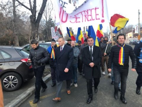 Peste 500 de români au protestat împotriva pactului ONU pentru migrație la MAE și Cotroceni