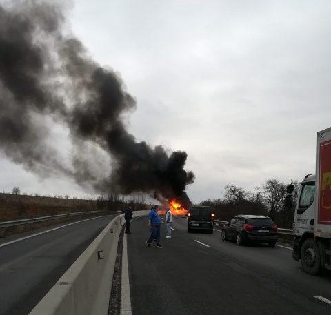 O basculantă a ars în totalitate pe drumul dintre Huedin și Cluj-Napoca