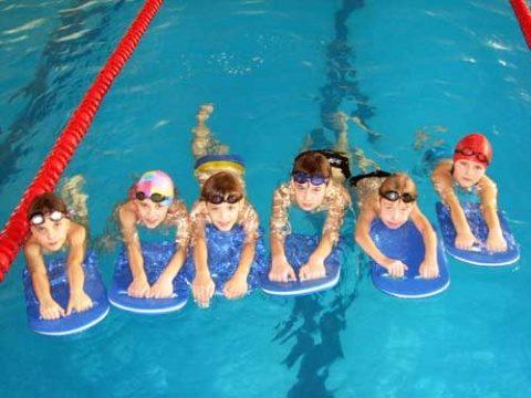 200 de elevi din Cluj-Napoca beneficiază din această lună de ședințe gratuite de inițiere în înot