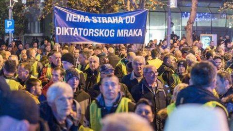 """""""Vestele galbene"""" au ieşit în stradă şi în Muntenegru"""