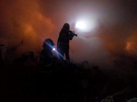 Un incendiu puternic, izbucnit în toiul nopții, a cuprins mai multe barăci de pe strada Pata Rât
