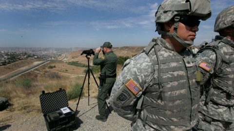 Militarii americani au folosit gaze lacrimogene împotriva imigranţilor la graniţa cu Mexic