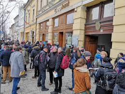 100 de persoane cu cărţi în limba maghiară în mâini au protestat în faţa Consulatului General al Ungariei din Cluj-Napoca