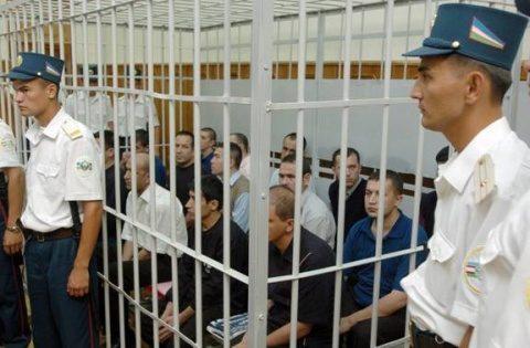 Creștin arestat și amendat pentru că a dăruit unei femei Noul Testament în limba uzbekă
