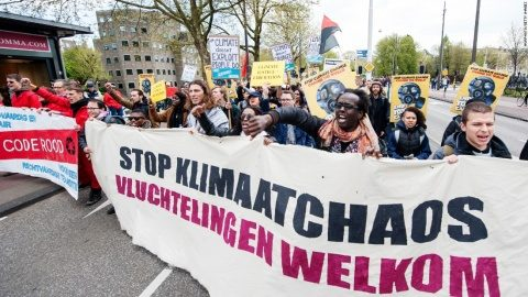 """Zeci de mii persoane au manifestat la Amsterdam pentru """"politici oneste privind clima"""" și împotriva topirii ghețarilor de la Polul Nord"""
