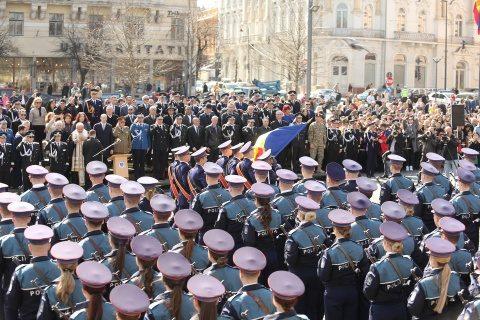 Aproape 200 de polițiști clujeni au fost avansați cu ocazia Zilei Poliției Române iar elevii agenți au depus jurământul, ceremonia a avut loc în Piața Unirii