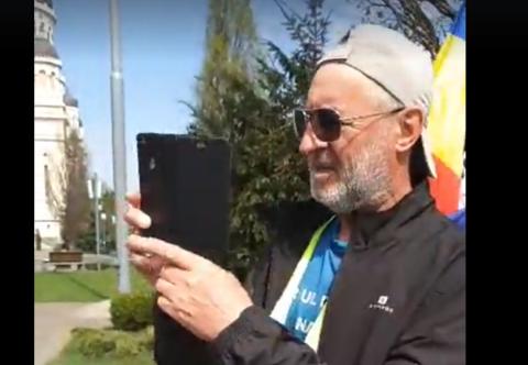 Pensionar a mers pe jos de la București la Cluj-Napoca, îndemnând românii să voteze