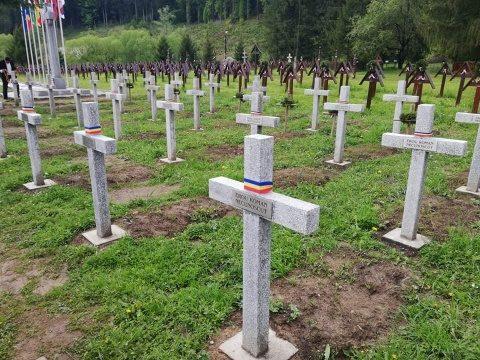 Crucile soldaților români de pe Valea Uzului  au fost împodobite cu Tricolor