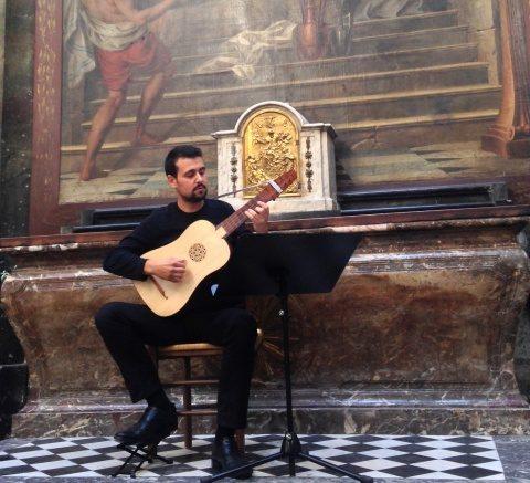 Muzicianul Jonathan Lemarquand, un virtuos al instrumentului vihuela, concertează la Cluj-Napoca