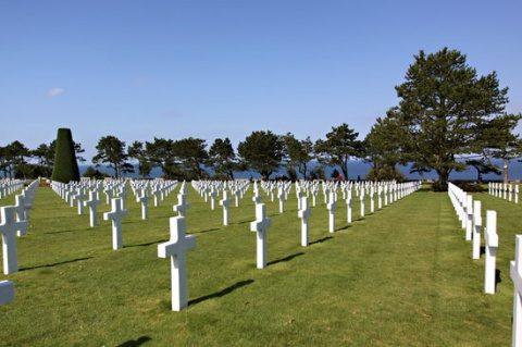 Cimitirele soldaților eroi din Normandia sunt fără garduri, lanțuri, porți sau lacăte!