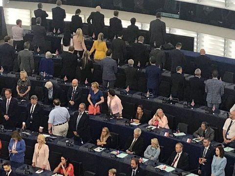 Poza Zilei: Parlamentul European. Deputaţii Brexit întorc spatele la imnul UE
