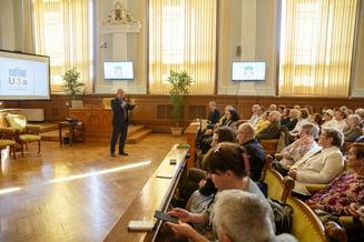 """Barbat de 93 de ani este decanul de varsta al studentilor inscrisi la """"Universitatea Varstei a 3-a"""". Emil Boc le-a predat primul curs"""