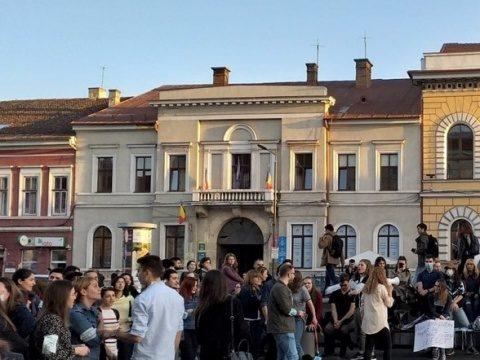 150-200 de absolvenți ai UMF Cluj au ieșit în stradă
