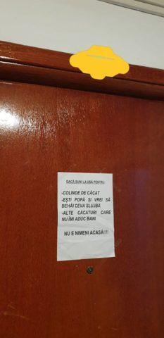 """Poza Zilei: """"Mesaj de Crăciun"""" pus pe ușă de un locatar cu """"pensie specială"""""""
