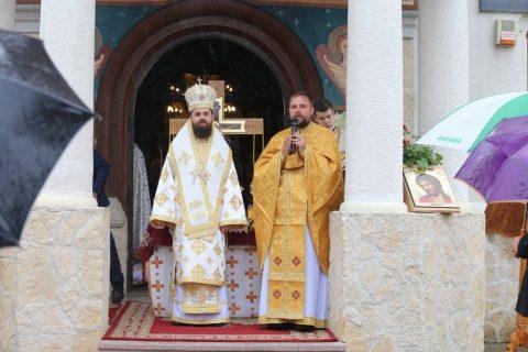 """Episcopul-vicar Benedict Bistrițeanul, la Catedrala Moților din Huedin, distins cu medalia omagială """"Protopop Martir Aurel Munteanu"""" (Video)"""