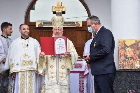 """Medic din prima linie, distins cu Ordinul """"Mihai Vodă"""" de IPS Andrei, Mitropolitul Clujului"""