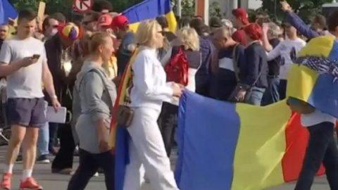 """Românii au ieșit a doua zi în stradă pentru drepturi civile. S-a scandat """"Libertate"""" și """"Democrație"""""""