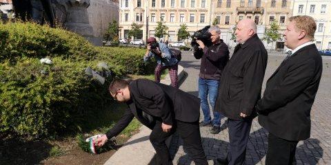 Trei maghiari au comemorat Trianonul în fața statuii lui Matei Corvin