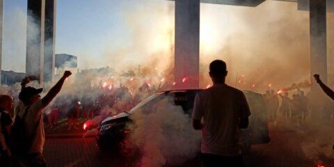"""Ultraşii lui """"U"""" Cluj au aşteptat la stadion în această seară cu torţe şi aplauze în memoria lui Gabi Jula"""
