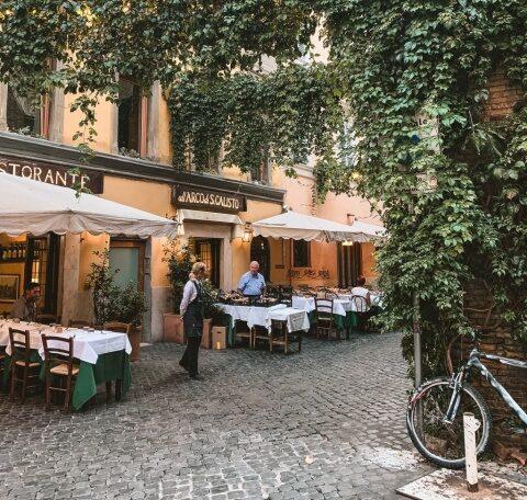 """La Roma există un bar free unde """"este interzis"""" să se vorbească despre COVID"""