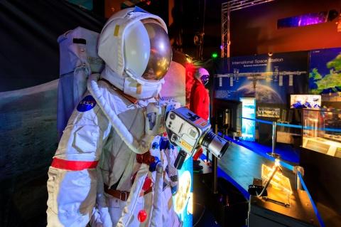 """Clujenii pot """"pilota"""" navete spațiale ale NASA într-o expoziție în premieră"""