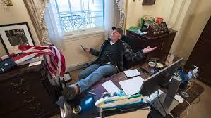 FBI anunță că l-a arestat pe bărbatul care a intrat în biroul lui Nancy Pelosi