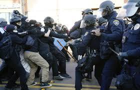 Susținătorii președintelui Trump, lupte de stradă cu poliția și activiștii Antifa la San Diego (Video)