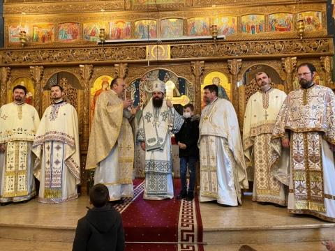 """Liturghie arhierească în Parohia """"Pogorârea Sfântului Duh"""" din cartierul clujean Grigorescu: """" Hristos este soluția pentru starea de confuzie în care ne aflăm"""""""