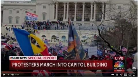 Steagul revoluţiei române din 1989, surprins în timpul manifestațiilor din faţa Congresului SUA