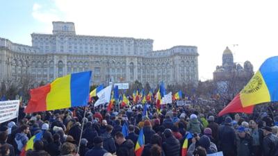 """10.000 de manifestanti protestează la Palatul Parlamentului împotriva restricțiilor. Se scandează:  """"Libertate!"""", """"Fără vaccinare!"""", """"Obligativitatea distruge libertatea!"""""""