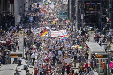 """Germanii au ieșit în stradă: """"Un an de politici restrictive e destul!"""""""