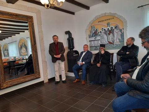 """Scriitori clujeni în cenaclu pe Muntele Rece al """"rezistenței literare""""! Volumele """"Solitudini"""" și """"Umbra"""" lansate la mănăstire"""