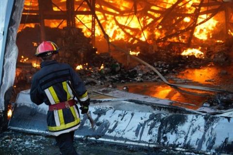 Pompierii intervin în continuare în Parcul Industrial Tetarom I din Cluj-Napoca, la incendiu