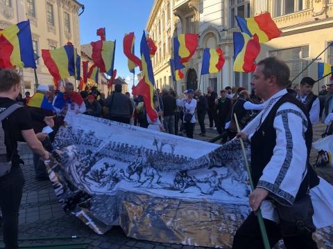 """Protest masiv împotriva statui baronului von Brukenthal la Sibiu. S-a scandat """"Dreptate"""" și """"Jos criminalul"""""""