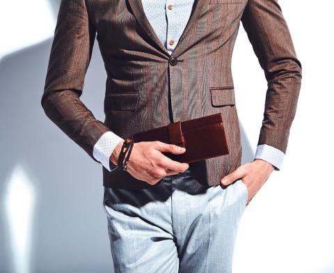 Cum se alege mărimea corectă şi croiala potrivită a cămăşilor bărbăteşti, astfel încât să arate eleganţi şi în ton cu moda