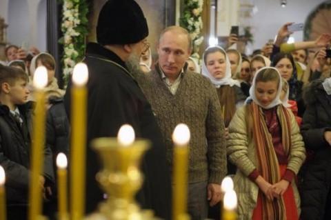 Vladimir Putin, la slujbă într-o mică biserică ortodoxă, alături de orfani