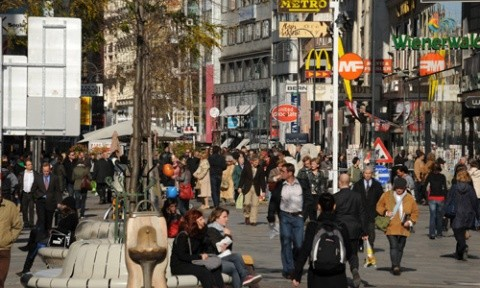 """Pe bani! Români îmbrăcaţi în detectivi i-au luat la """"control""""pe turiştii din Viena"""