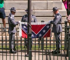 Manifestație Ku Klux Klan în Statele Unite ale Americii. Steagul confederat a fost înălțat pe catarg