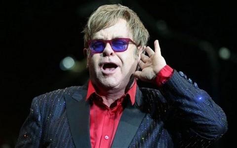 Elton John minte? Spune că l-a sunat Putin să discute despre drepturile comunităţii LGTB