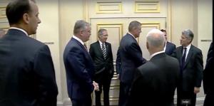 Umilit poporul român! Președintele Klaus Iohannis salutat cu mâna în buzunar la New York de fostul ambasador american în România, un propagandist pentru drepturile homosexualilor (Video)