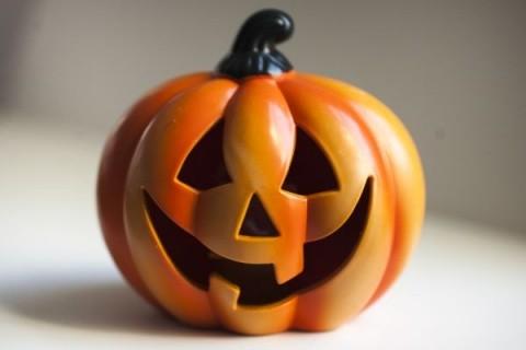 Care-i chestia cu sărbătorile de import? Gen Halloween și 8 martie