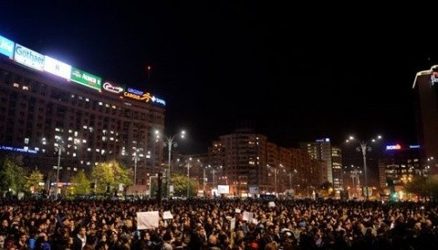"""Au uitat să strige și """"Jos Iohannis!"""" Manifestanţii din Capitală cer la miezul nopții demisia premierului Victor Ponta, a primarului Piedone şi a lui Gabriel Oprea"""
