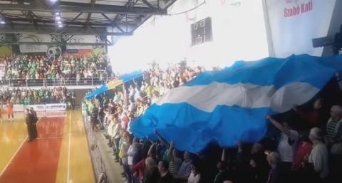 Rușine! Primele imagini de la intonarea imnului Ţinutului Secuiesc la un meci de baschet din Sfântu Gheorghe (Video)