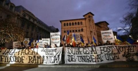 """Protest în Piața Universității: Pentru noi, declarațiile lui Iohannis au fost o imensă trădare: """"Nu ești președintele nostru!"""""""