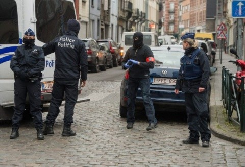 Bombă care conţine produse chimice şi drapel al reţelei SI, găsite într-o percheziţie la Bruxelles