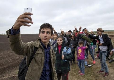 UE, program istoric de asistență bancară: Un milion de refugiați sirieni primesc carduri de debit