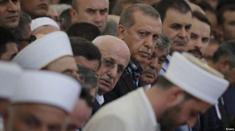 Imamii musulmani au dejucat lovitura de stat militară. Ei au chemat mulțimile islamiste să-l sprijine pe Erdogan